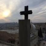 Jovens em oração pela viagem do Papa Francisco