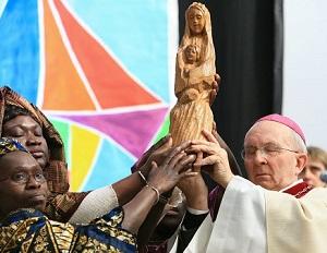Os católicos adoram Maria?