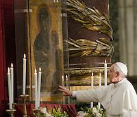 Em véspera de viagem, Papa reza aos pés de Nossa Senhora