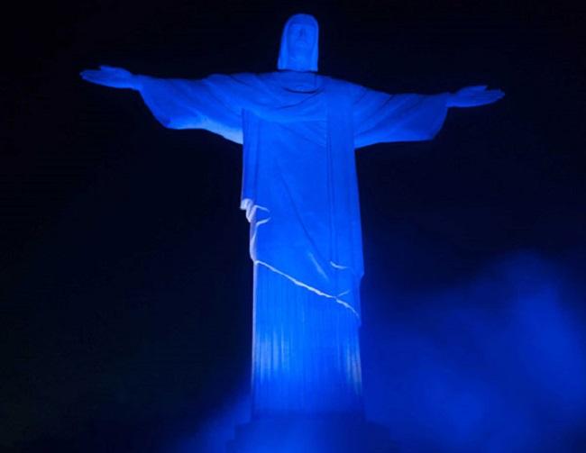 Cristo Redentor recebe iluminação azul para conscientizar sobre autismo