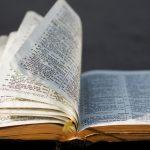 Bíblia: um livro de anúncios e denúncias