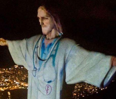"""Aos pés do Cristo Redentor """"vestido de médico"""", o Brasil é novamente consagrado ao Sagrado Coração"""